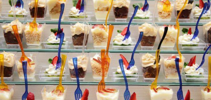 desserts avec une verrine en plastique